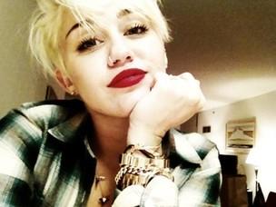 Miley Cyrus posta foto com novo corte de cabelo (Foto: Reprodução/Twitter)