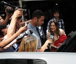 Claudia Leitte deixa o hospital com o filho Rafael no colo e o marido (Foto: Angelo Pontes / Divulgação)