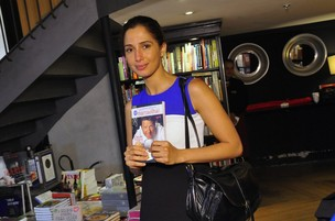 Camila Pitanga no lan&#231;amento do livro de Claude Troigois (Foto: Roberto Teixeira / EGO)