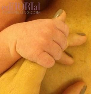 Tori Spelling anuncia nascimento do quarto filho e posta foto do dedinho (Foto: Twitter/Reprodução)
