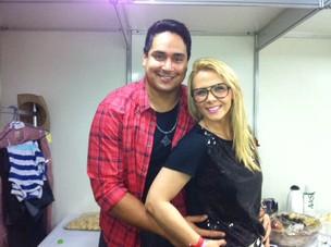 Carla Perez e Xanddy posam nos bastidores do Sauípe Folia (Foto: Saulo Brandão/Divulgação)