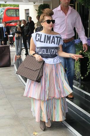 Lady Gaga com sapatos diferentes, em Londres (Foto: Brainpix)