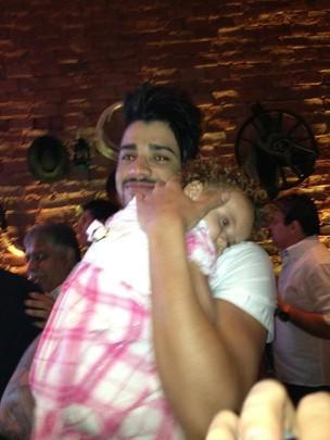 Gusttavo Lima com a sobrinha (Foto: Reprodução/Facebook)