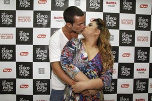 Preta Gil com o marido Carlos Henrique em bastidores de show no Rio (Foto: Isac Luz/ EGO)
