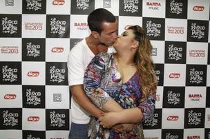 Preta Gil com o marido Carlos Henrique em bastidores de show no Rio (Foto: Isac Luz/ EGO)
