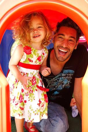 Victor Pecoraro e a filha Sophia posam para o EGO (Foto: Marcos Serra Lima/EGO)