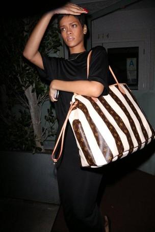 Rihanna deixa restaurante em Santa Monica, Los Angeles, no Estados Unidos (Foto: André Freitas/ Ag. News)