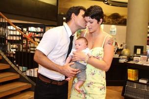 Juliano Cazarré posa com a mulher e o filho em lançamento de seu livro no Rio (Foto: Anderson Borde/ Ag. News)