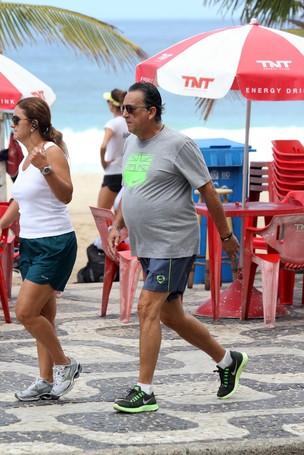 Galvão Bueno caminhando na Orla de Ipanema, RJ (Foto: Wallace Barbosa/AgNews)