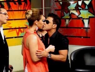 Zezé Di camargo beija Liliana Alvarez em programa de TV (Foto: Reprodução/Facebook)