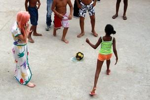 Lady Gaga visitando Obra Social no Morro do Cantagalo, RJ (Foto: FotoRioNews)