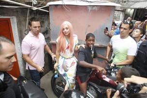 Lady Gaga no 'moto táxi' (Foto: Delson Silva/AgNews)