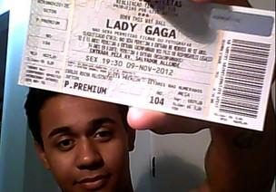 Carlos André, 18 anos, com o ingresso do show de Gaga (Foto: Reprodução/Facebook)