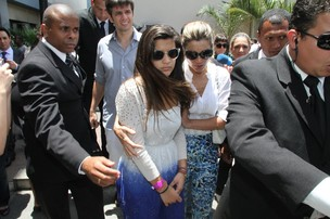 Flávia Alessandra deixa o velório de Marcos Paulo com a filha Giulia (Foto: Fabio Martins / AgNews)