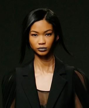 A modelo Chanel Iman com batom cinza (Foto: JP Yim / Getty Images)