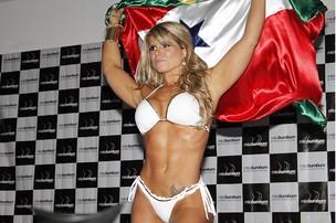 Carine Felizardo entrando na passarela com a bandeira do Brasil e do Pará. Ela levou o título (Foto: Alessandra Gerzoschkowitz /EGO)