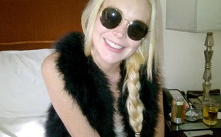 Lindsay Lohan mostra sorriso branquinho (Foto: Reprodução / Twitter)