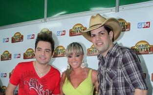 Juju Salimeni entre a dupla Fernando e Sorocaba no Caldas Country Show 2011 (Foto: Roberto Filho / Ag. News)