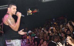 Naldo dança com fãs no palco (Foto: Mauro Zaniboni/ Divulgação)