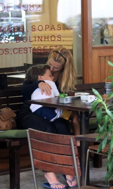 Carolina Dieckmann com o filho no Leblon RJ (Foto: Wallace Barborsa/ Ag.News)
