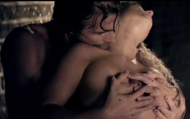 Britney Spears e o namorado, Jason Trawick, em seu novo clipe (Foto: YouTube / Reprodução)
