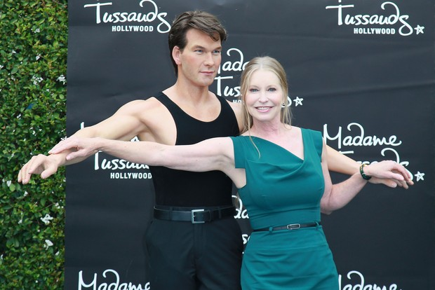 Lisa Niemi Swayze, vi&#250;va de Patrick Swayze, posa com a est&#225;tua de cera do ator no museu Madame Tussauds, na Calif&#243;rnia, nos EUA (Foto: Getty Images/ Ag&#234;ncia)