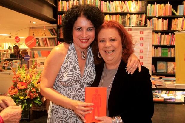 Beth Carvalho com a escritora Viviane Mosé no lançamento do livro 'O home que sabe', em um a livraria no Rio. (Foto: Rodrigo dos Anjos/ Ag. News)