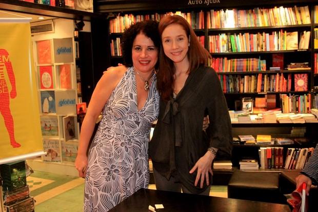 Camila Morgado com a escritora Viviane Mosé no lançamento do livro 'O home que sabe', em um a livraria no Rio (Foto: Rodrigo dos Anjos/ Ag. News)