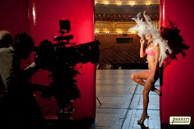 Alessandra Ambrósio fotografa para campanha da Victoria's Secret (Foto: Madoff Productions/Facebook)
