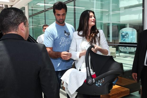 Isabella Fiorentino deixa maternidade com um dos trigêmeos - 23/10/2011 (Foto: Photo Rio News/ Manu Scarpa)