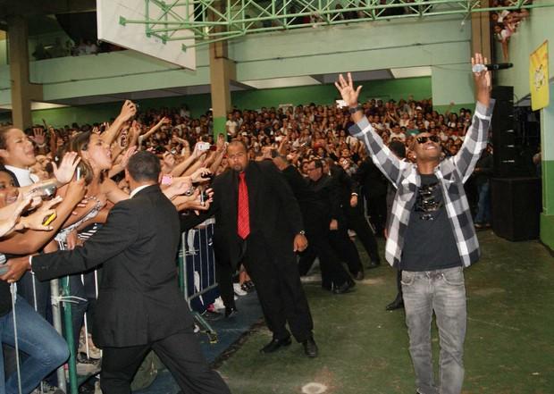 Exaltasamba faz show em escola e leva alunos à loucura (Foto: André Rizzatto / Band FM)