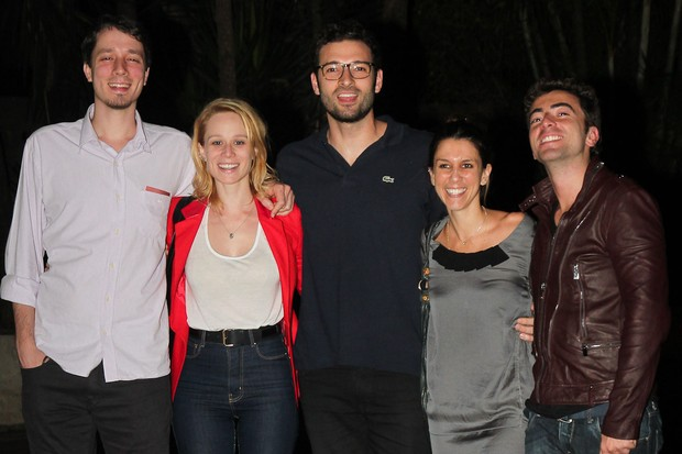 Mariana Ximenes com o namorado Luscas Mello, com a apresentadora Sarah Oliveira e mais dois amigos em São Paulo (Foto: Manuela Scarpa/ Photo Rio News)