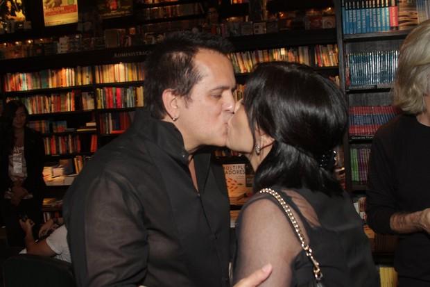 Orlando Morais ganha beijo de Glória Pires (Foto: André Muzell/Agnews)