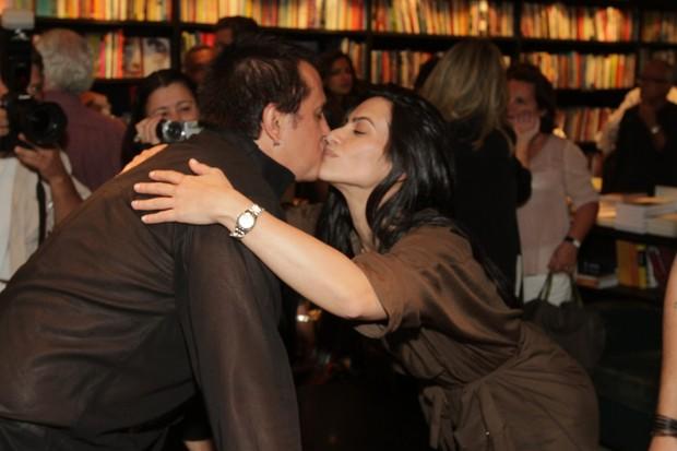 Orlando Morais ganha beijo de Cleo Pires (Foto: André Muzell/Agnews)