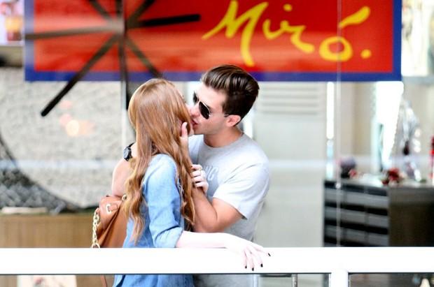 Marina Ruy Barbosa e Kleber Toledo se beijam no aeroporto (Foto: Leottu Junior / Ag. News)