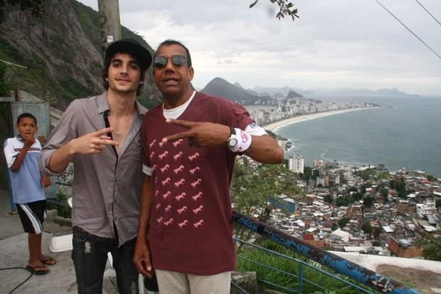Fiuk grava clipe em favela do Rio (Foto: Daniel Delmiro/Agnews)