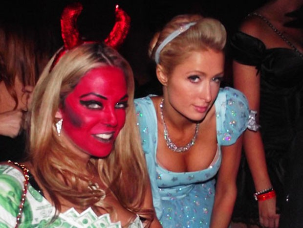 Mayra Dias Gomes e Paris Hilton em festa de Halloween, em Hollywood (Foto: Arquivo Pessoal)