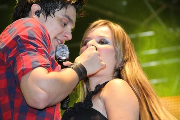 Luan Santana dá bombom na boca de fã durante show em Nova Iguaçu, no Rio (Foto: Dudu Fotógrafo/ Divulgação)
