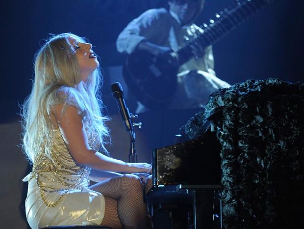 Lady Gaga toca piano em show (Foto: Reuters)