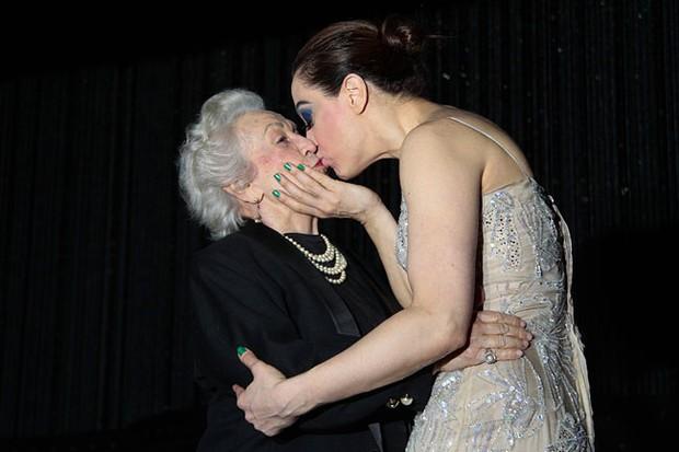 Claudia Raia com a mãe Odette Raia na estreia de 'Cabaret' em São Paulo (Foto: Alessandra Gerzoschkowitz / EGO)