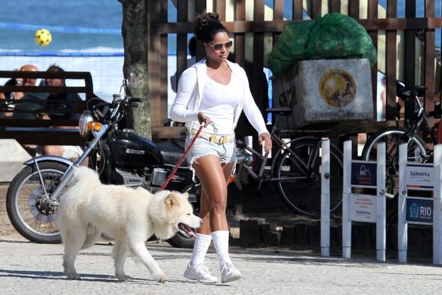 Adriana  Bombom passeia com cachorro na orla da Barra, no Rio (Foto: Dilson Silva / AgNews)