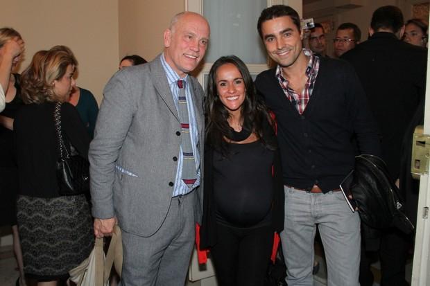 John Malkovich com Ricardo Pereira e Francisca Pinto no Theatro Municipal do Rio de Janeiro.  (Foto: Roberto Filho/ Ag.News)