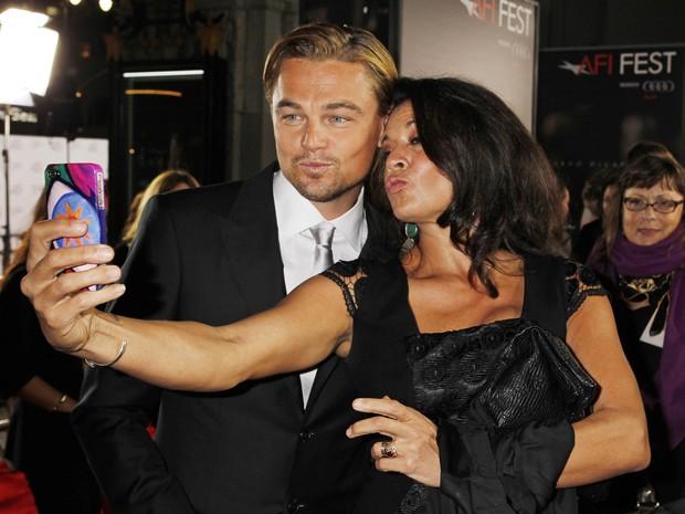 Leonardo DiCaprio posa com Dina, mulher do diretor Clint Eastwood, na première de 'J. Edgar' em Hollywood, nos Estados Unidos (Foto: Reuters/ Agência)