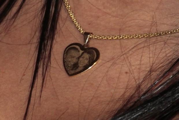 Detalhe do pingente do cordão de Mulher Moranguinho (Foto: Isac Luz/ EGO)