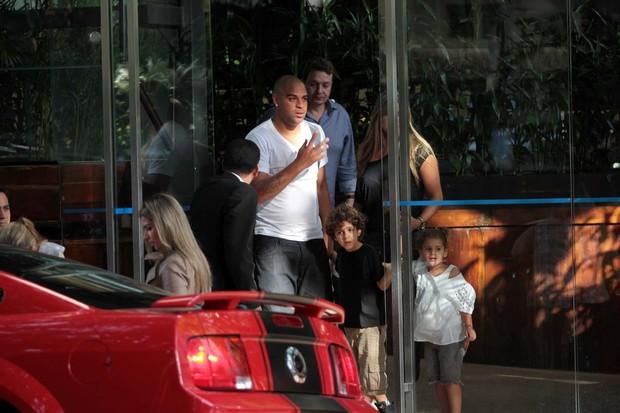 Adriano saindo do restaurante com os filhos (Foto: Orlando Oliveira/Ag. News)