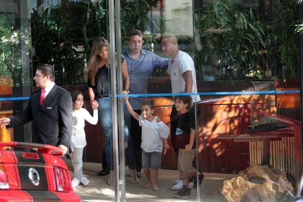 Adriano deixando o restaurante. Ele estava com os filhos e a ex-mulher, Danielle Carvalho (Foto: Orlando Oliveira/Ag. News)