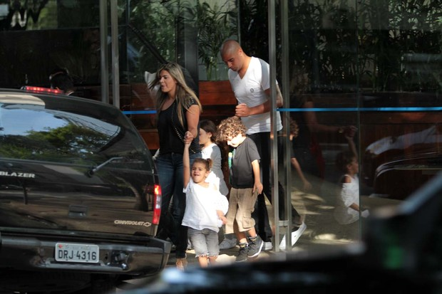 Família deixando o local e entrando no carro do jogador (Foto: Orlando Oliveira/Ag. News)