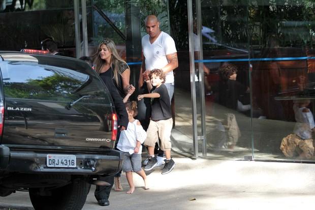 O jogador com o filho Adrianinho (Foto: Orlando Oliveira/Ag. News)