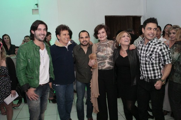 Zezé di Camargo e Luciano recebem convidados no camarim (Foto: Isac Luz / EGO)
