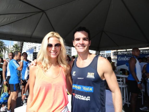 O ex-BBB Ralf e a namorada, Lauren Hurley (Foto: Lead Comunicação)